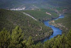 Sabe que o maior trilho pedestre do mundo passa pelo centro de Portugal? – YUPblog River, Outdoor, Rock Formations, Mountain Range, Pedestrian, Amazing Places To Visit, Walks, Railings, Forests