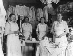 Hilma Toivosen pesu- ja silitysliike, Hakaniementori 4. Valokuvaaja: Tuntematon, 1919. HKM.