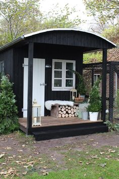 Gartenhaus diy - Small Storage Shed Ideas - Black Shed, Black House, Backyard Studio, Garden Studio, Outdoor Rooms, Outdoor Living, Casa Patio, She Sheds, Small Buildings