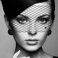 Delikatna maska na oczy dla tajemniczej femme fatale