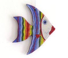 Dieser Fisch ist handgefertigt aus Ton, im Ofen bei 1000ºC gebrannt (1800° F). In der letzten Phase ist der Keramik handbemalt mit Underglazes, mit der transparent (klar) keramische Glasur überzogen und ging durch einen zweiten Brand-Zyklus bei den gleichen Temperaturen, um das Endergebnis zu erhalten. 5,5 x 4, 6X0, 3 Alle Elemente tragen authentische Handschrift.