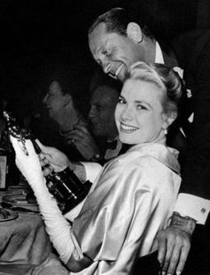 The actress Grace Kelly smiles happily at the camera during the celebrating party held just after the Academy Awards in Romanoff's Restaurant, holding the Oscar in her hands; William Holden, who. Vintage Hollywood, Hollywood Glamour, Classic Hollywood, In Hollywood, Monaco, Robert Cummings, Princess Grace Kelly, She Movie, Portraits