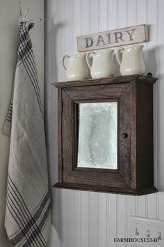 dřevěná skříňka se zrcadlem