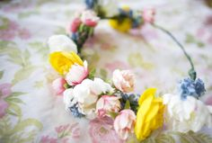 DIY: flower crown. I should learn how to make this for future photo shoots... ;)