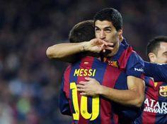 Luis Suárez se abraza a Messi tras marcar ante el Rayo