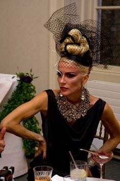 Daphne Guinness - The Haute Couture Club. Has there ever been anyone more obsessed with couture fashion than Daphne Guinness. Pity she is not more absorbed with spending some of her vast inheritance doing good deeds and contributing to society. Daphne Guinness, Lulu Guinness, Isabella Blow, Mode Vintage, Look At You, Madame, Headpiece, Style Icons, Style Inspiration
