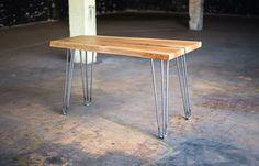 Menší jídelní stůl z jednoho kusu dubu