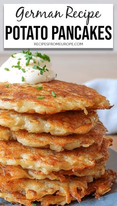 Looking for a delicious potato pancake recipe? This classic German version from shredded potatoes is very easy to make! Potato Side Dishes, Vegetable Dishes, Vegetable Recipes, Vegetarian Recipes, Cooking Recipes, Potato Sides, German Potato Pancakes, German Potatoe Pancake Recipe, Recipe For Potato Pancakes
