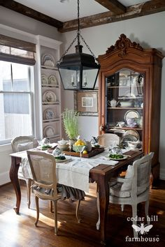 Beautiful images of french country homes! Kitchen and dining rooms! French Country Decor and ideas! How to update your home in a french country flair! French Country Dining Room, Country Farmhouse Decor, French Country House, Farmhouse Table, Farmhouse Trim, Rustic Cottage, Rustic Decor, French Farmhouse, Farmhouse Ideas