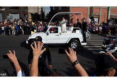 Francisco da las buenas noches a los fieles que le esperan en la Nunciatura - Radio Vaticano