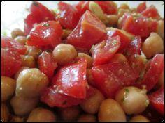 Insalata di ceci, pomodorini, pesto e mandorle di Giulia Alterkitchen.