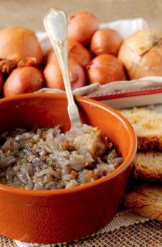 La Carabaccia è una zuppa di cipolle di stampo fiorentino, uno dei piatti che Caterina de' Medici, in sposa ad Enrico II, re di Francia, portò con sé in terra francese. Le origini di questa pietanza sono però ben più antiche di quelle di Caterina. Si tratta, infatti, di un'antica ricetta importata i