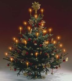 Kerzen, Kugeln und Strohsterne machen den traditionellen Weihnachtsbaum aus.  Authentic imported Christmas tree candles, Christmas tree candle clips and hanging pendulum holders available from www.christmasgiftsfromgermany.com