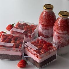 Strawberry sweets shared by alexis ♡ on We Heart It Dessert Packaging, Food Packaging, Dessert Boxes, Good Food, Yummy Food, Cute Desserts, Cafe Food, Aesthetic Food, Aesthetic Coffee