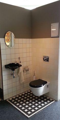 Klassieke toilet met zwart fontein wasbakje en stoere klassiek toiletpot. De uitstraling van vroeger en het gemak van nu!