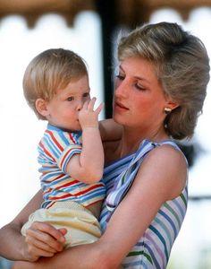 1986. La princesse Diana en vacances à Palma de Majorque avec son deuxième fils – le prince Harry, né le 15 septembre 1984. Crédits : FRASER JASON/SIPA