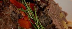 Recette Souris d'agneau façon gigot de sept heures Gérald Chapuis, du Restaurant La Vieille Ferme de Beauzac, vous invite à partager un grand classique de nos terroirs, l'agneau de Pâques. Il nous propose cette recette avec un morceau de choix, la souris d'agneau, façon gigot de sept heures. Une cuisson lente pour permettre à la viande de révéler toutes ses saveurs, jusqu'à obtenir un plat  délicieusement fondant qui ravira les gourmets ! Facon, Fondant, Steak, Restaurant, Meat, Old Farmhouses, Foodies, Diner Restaurant, Steaks