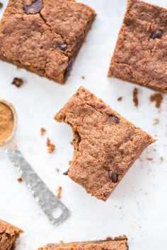 PUMPKIN SPICE QUINOA BLONDIES -- made in just one bowl with a few simple ingredients! (GF & VEGAN)