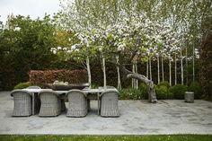 The raw, grey colours gives the terrace a modern look. Green Plants, Villa, Colours, Lighting, Outdoor Decor, Modern, Terraces, Design, Grey