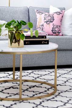 Rundt sofabord med plate av marmor og stamme av metall. Da marmor er et naturmateriale er det normalt at små avvik i størrelse, farge og struktur forekommer. Ø 85 cm. Høyde 48 cm. Lev. umontert. Vekt 46 kg. Les mer under Frakt & levering . Vedlikehold av marmor For å gi stenen sin grunnbeskyttelse anbefales marmorpolish som du finner i velassorterte fargehandlere. Stryk på et tynt lag. La det tørke i noen minutter. Poler opp til glans med en tørr fille. Dette bør gjentas 1 gang pr år. Da ...