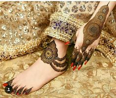 mehndi designs are unique, bracelet designs are awesome to look at. Check out the trending bracelet mehndi designs which are used by one and all.