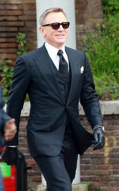 Suits of James Bond have a good reputation for being classy and fashionable. We bring you just the one from Spectre that will give you pure satisfaction! Gents Fashion, Best Mens Fashion, Mens Fashion Suits, James Bond Suit, Bond Suits, Stylish Mens Haircuts, Stylish Mens Outfits, Rachel Weisz, Daniel Craig Suit