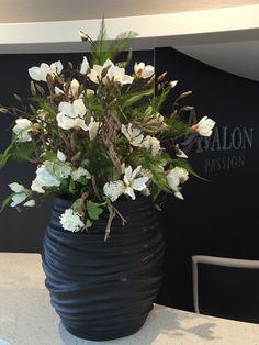 Een XL creatie met zijden witte magnolia's, sneeuwballen en seringenhout ter verwelkoming van alle gasten aan boord. www.abonneefleur.nl