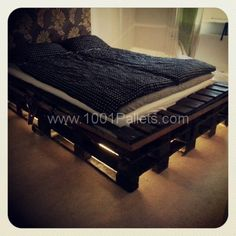 Wooden Pallet Furniture DIY Pallet Bed Frame with Lights - The main feature of a bedroom is the bed! Perk up your bedroom look with a smart do it yourself pallet bed that requires little expenditure, effort and time Wooden Pallet Beds, Diy Pallet Bed, Diy Pallet Projects, Diy Bed, Wooden Diy, Pallet Furniture, Pallet Ideas, Pallet Headboards, Headboard Frame