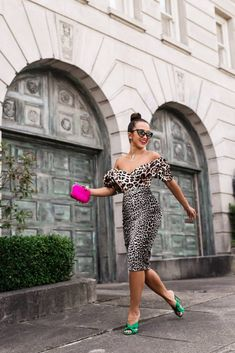 Alexandre Birman emerald sandals on the point! is showing us how to wear prints and colours. The Way Home, Alexandre Birman, Dress To Impress, Night Out, Strapless Dress, One Shoulder, Legs, Womens Fashion, How To Wear