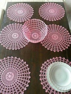 No instructions but could probably use thick glue and put it around an inflated balloon to shape and dry. Crochet Bowl, Crochet Mat, Crochet Stitches Patterns, Thread Crochet, Filet Crochet, Crochet Designs, Crochet Hooks, Crochet Placemats, Crochet Doilies