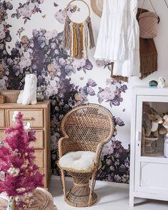 Casa decorada de Navidad: dormitorio infantil con muebles de madera y mimbre