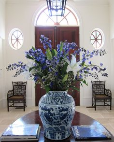 The perfect entrance hall! Blue and white flowers and vase Delft, Blue And White China, Blue China, Chinoiserie, Urban Deco, Muebles Shabby Chic, White Rooms, Deco Table, White Decor