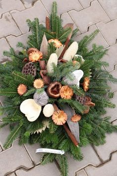 www.zahradnictvisebrov.cz dusicky Christmas Flower Decorations, Christmas Floral Arrangements, Christmas Centerpieces, Holiday Wreaths, Flower Arrangements, Christmas Urns, Christmas Time, Cemetery Decorations, New Year's Crafts