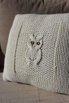 knitted owl cushion - looks lovely Knitting Stitches, Knitting Patterns Free, Free Knitting, Crochet Patterns, Free Pattern, Knitting Needles, Knitted Owl, Knitted Cushions, Knitted Cushion Pattern