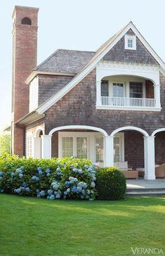 Long Island Vacation Home - Bridgehampton Getaway - Veranda shingle style House Goals, Beach Cottages, Cottage Style, My Dream Home, Exterior Design, Gray Exterior, Exterior Homes, Exterior Colors, Exterior Paint