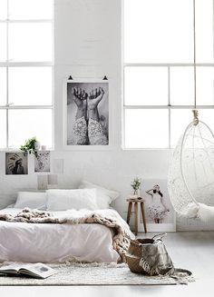ベッドは白のマットレス(とりあえず)