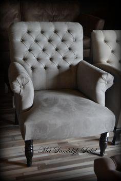 Stoere gecapitonneerde fauteuil. In meerdere stoere stoffen en tinten mogelijk. WWW.METLANDELIJKLABEL.NL