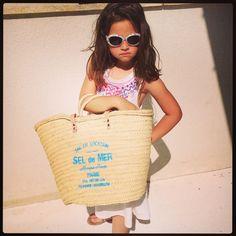 super bonito y elegante bolso de playa realizado en palma y con asas de cuero . pintado a mano . Straw Bag, Etsy, My Love, Beach, Crafts, Fashion, Wings, Beach Bags, Fashion Handbags