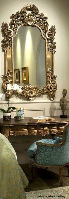 Espejo y consola dorado usado como tocador o escritorio. Hermoso!