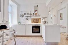 Totalnie nowoczesna aranżacja kuchni, w której króluje minimalizm wyposażenia z dbałością o stronę dekoracyjną wnętrza....