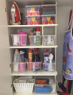 80 astuces pour organiser la maison afin qu'elle reste toujours rangée Kitchen Organisation, Diy Organization, Organizing, Laundry Room Layouts, Cleaning Closet, Small Room Bedroom, Diy Storage, Cake Storage, House Rooms