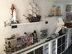Would you like to build a LEGO room where all your LEGO sets and projects are displayed and stored neatly? Check out this DIY LEGO room project! Lego Display Shelf, Lego Shelves, Lego Storage, Storage Ideas, Display Cases, Book Storage, Display Ideas, Lego City, Lego Regal