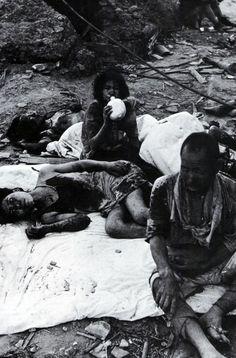 Esta fotografía fue tomada en Nagasaki a las 10 de la mañana del 10 de agosto de 1945, poco después de la explosión de la bomba atómica.  En ella se puede ver a un grupo de víctimas entre las que destaca una mujer tomando un trago de agua. Esta mujer, moriría poco después.