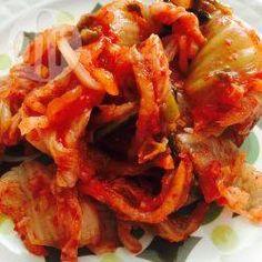 Kimchi (Koreanischer fermentierter scharfer Kohl) / Kimchi (kor. 김치) ist aus der koreanischen Küche nicht wegzudenken und wird zu jeder Mahlzeit serviert. Es ist im Prinzip eingelegter und fermentierter scharfer Kohl. Mit diesem Rezept kann man Kimchi selber machen.@ de.allrecipes.com