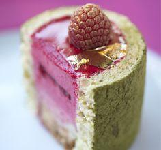 Charlotte framboise (biscuit au citron vert tamponné de thé matcha, crémeux à la vanille, bavaroise framboise, compotée de fruits rouges acidulée) - La pâtisserie des rêves