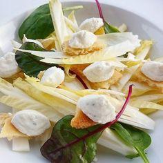 Salade d'endives pépites de crumble au parmesan et mousse au Roquefort.... #menubistronomique #endive #roquefort #parmesan #parmigiano #salade #veggie #crumble #Food #Foodista #PornFood #Cuisine #Yummy #Cooking