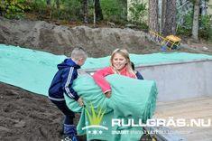 100 m2 gräs väger bara 14 kg så det blir kul att barnen även kan vara med och rulla ut din nya gräsmatta. Gammalt rullgräs väger för 100 m2 ca 2 ton som ska fraktas och bäras runt. Vad väljer du? 100 M2, Gym Bag, Bags, Ska, Handbags, Bag, Totes, Hand Bags