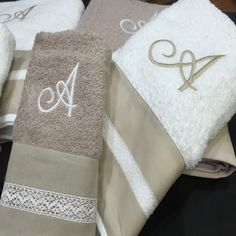 Regalar juegos de toallas bordados con las iniciales de la pareja es un bonito regalo de bodas o aniversario. En lagarterana.com personalizamos los juegos de toallas bordando el nombre o las iniciales.