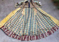 Robe à la française complète en satin pékiné dit «Florentine», vers 1765-1770. doublures en cotonnades et «indiennes» imprimés à la planche de bois