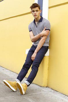Como me encantan esas deportivas amarillas con los tejanos o unos pantalones azules.